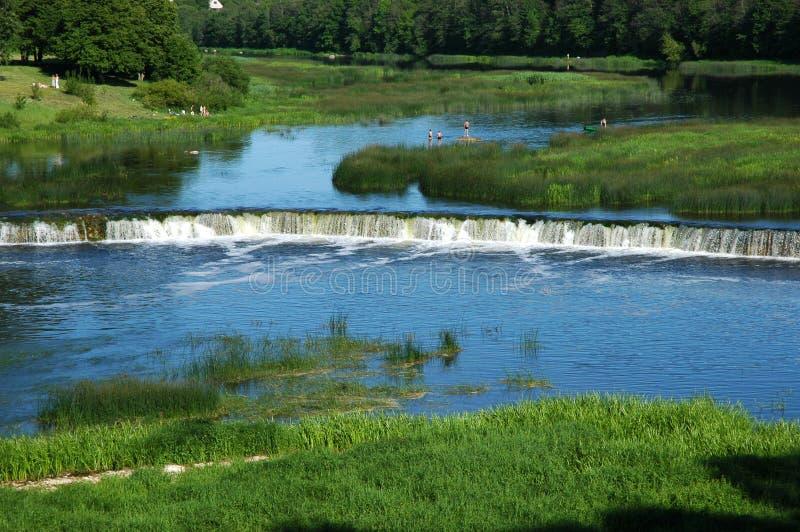 La Lettonia; Kuldiga Cadute sul fiume dello sfiato fotografie stock