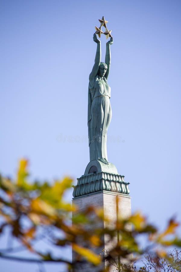 La Lettonie : Monument de liberté de Riga en automne de chute images libres de droits