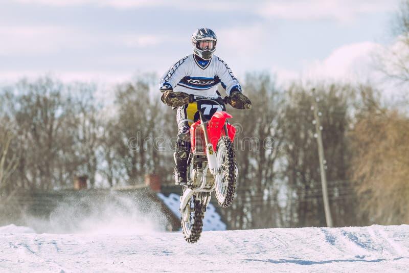 La Lettonie, Raiskums, motocross d'hiver, conducteur avec la moto, course image libre de droits
