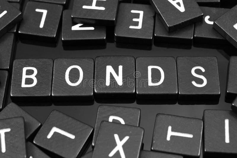 La lettre noire couvre de tuiles orthographier le mot et le x22 ; bonds& x22 ; photo stock