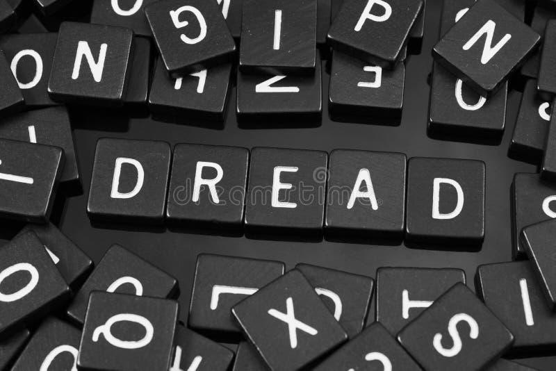 La lettre noire couvre de tuiles orthographier le mot et le x22 ; dread& x22 ; photos libres de droits