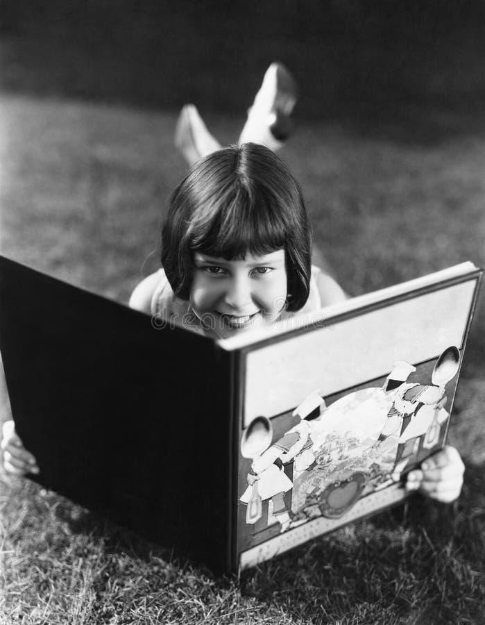 La lettura è divertimento (tutte le persone rappresentate non sono vivente più lungo e nessuna proprietà esiste Garanzie del forn fotografie stock libere da diritti