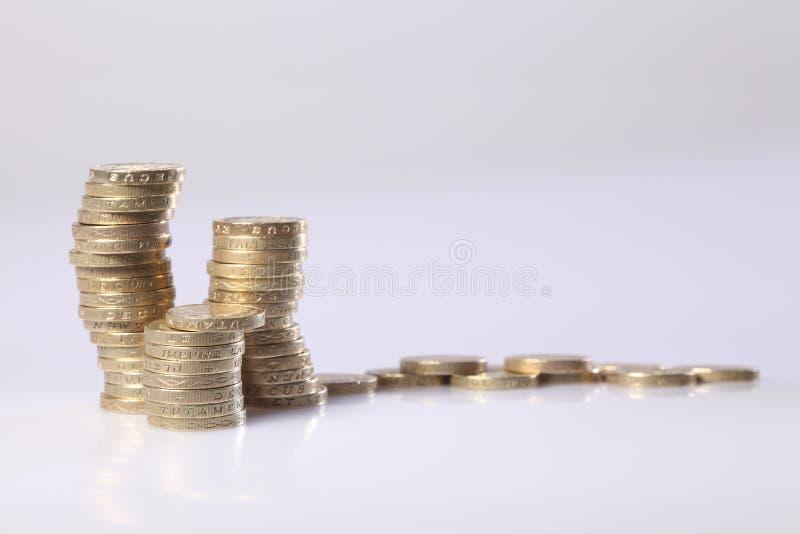 La libra esterlina británica del oro acuña en una pila imágenes de archivo libres de regalías
