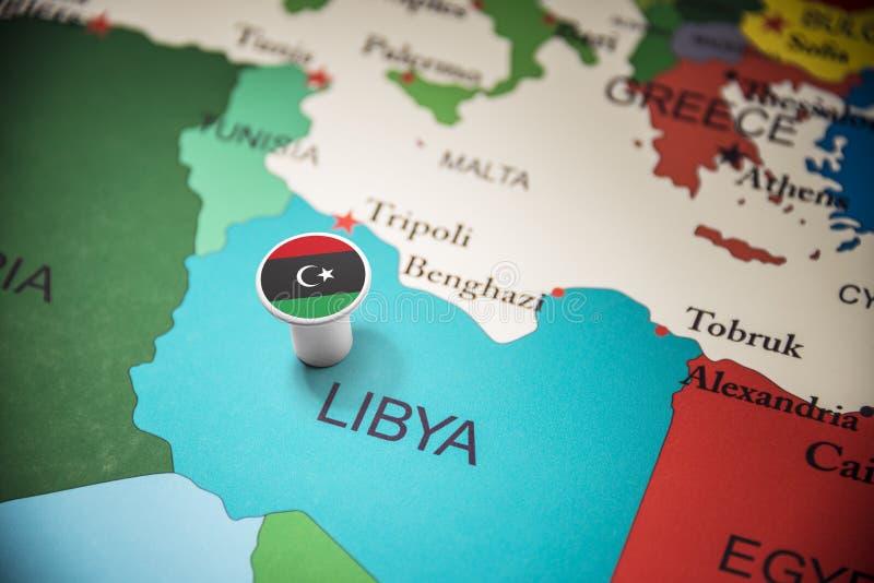 La Libye a identifié par un drapeau sur la carte photos libres de droits