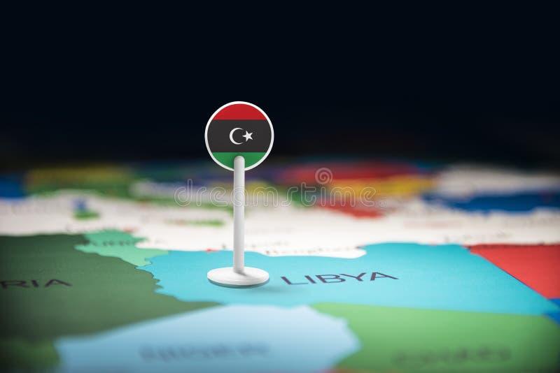 La Libye a identifié par un drapeau sur la carte images stock