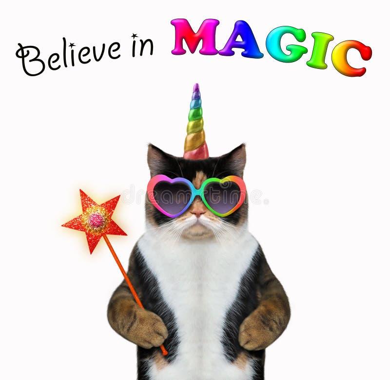 La licorne de chat tient la baguette magique magique photo libre de droits