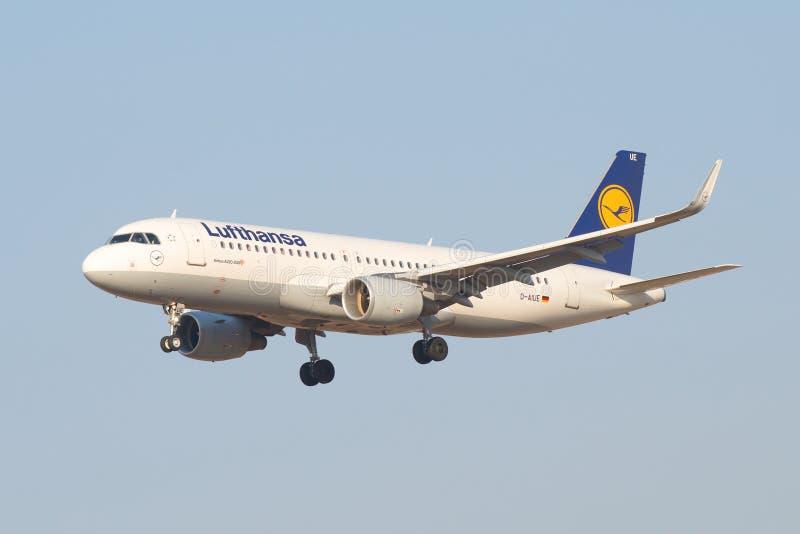 La ligne aérienne Lufthansa d'Airbus A320-214 D-AIUE d'avion entre pour débarquer à l'aéroport Pulkovo photos stock