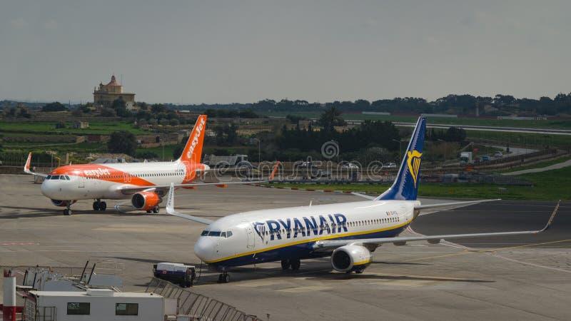 La ligne aérienne Ryanair de coût bas et le jet facile sont garés à l'aéroport international de Malte photo libre de droits