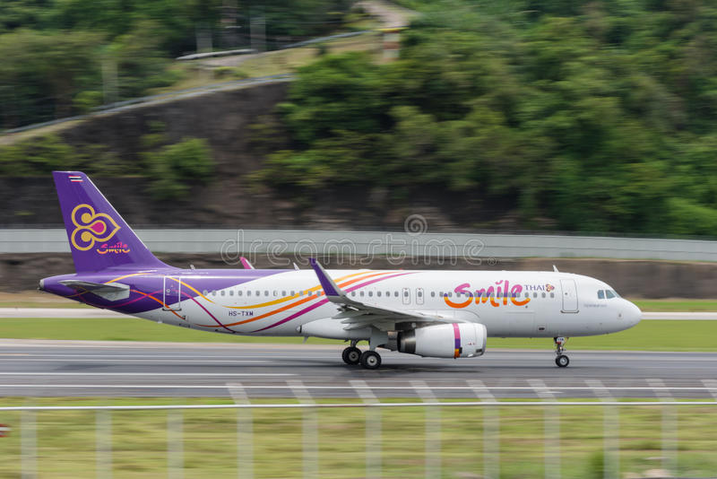 La ligne aérienne thaïlandaise de sourire décollent à l'aéroport de phuket image stock