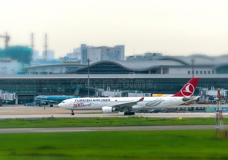 La ligne aérienne turque Airbus a330-300 décolle chez Tan Son Nhat International Airport photo libre de droits