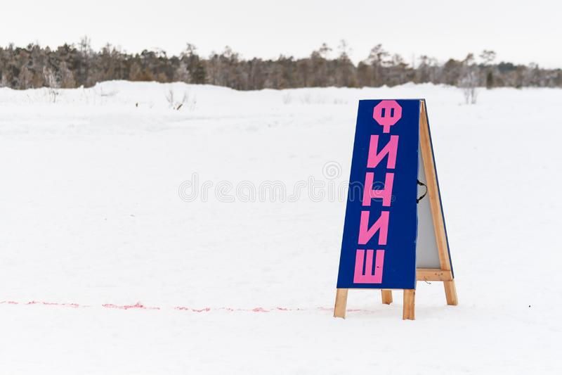 La ligne d'arrivée et le signe qui indique la FINITION photo stock