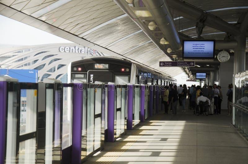 La ligne des pourpres de MRT au fonctionnement de station de Bangyai vont à Bangkok image stock