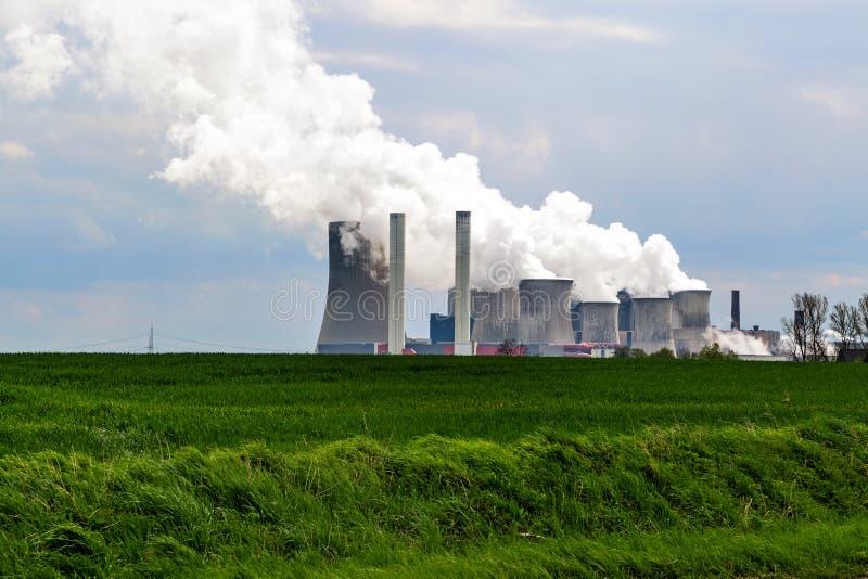 La lignite ha infornato la centrale elettrica dietro un landscap agricolo del campo fotografia stock