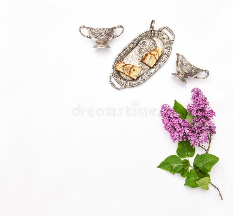 La lila florece el ramo Platos de la plata de la empanada del té del café fotos de archivo