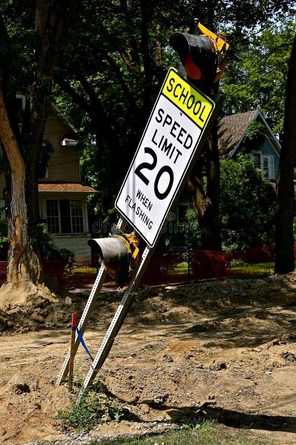 La limitation de vitesse de penchement instruisent un signe à un site de construction de routes photos stock