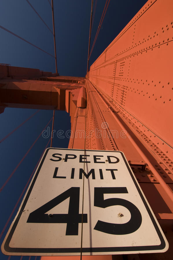 La limitation de vitesse se connectent le pont en porte d'or photos libres de droits