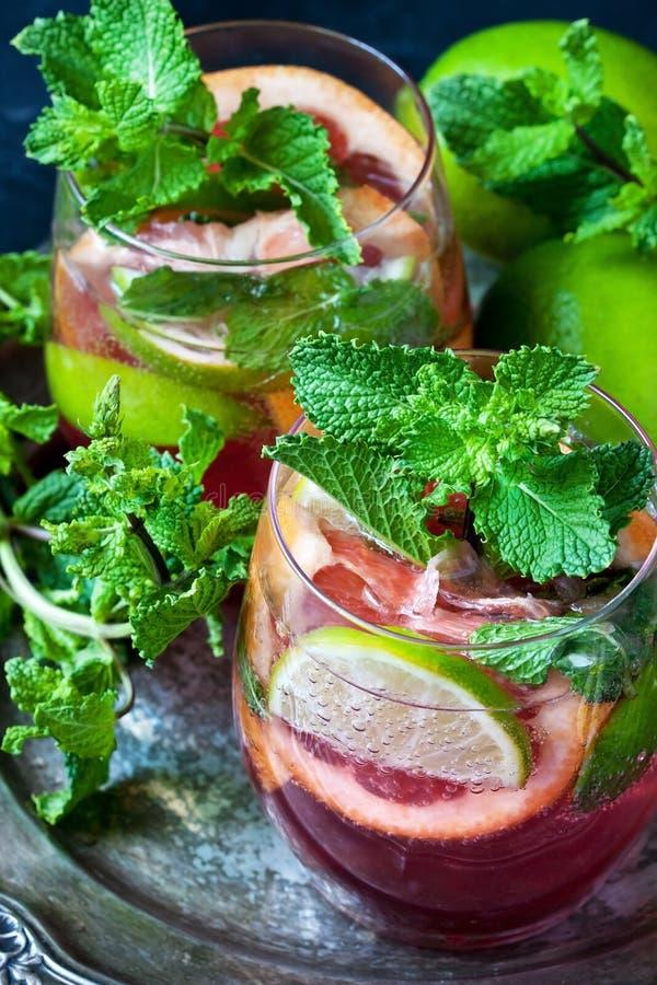 La limonata dell'agrume fresco è servito con le foglie di menta in vetro immagini stock