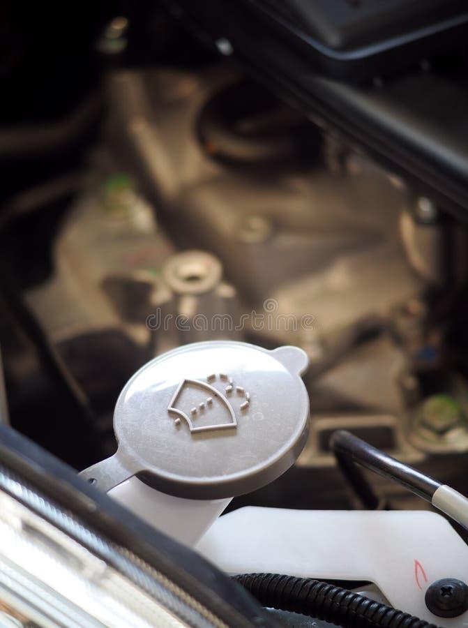 La limpieza del limpiaparabrisas del coche castra la cápsula de la reserva de agua imágenes de archivo libres de regalías