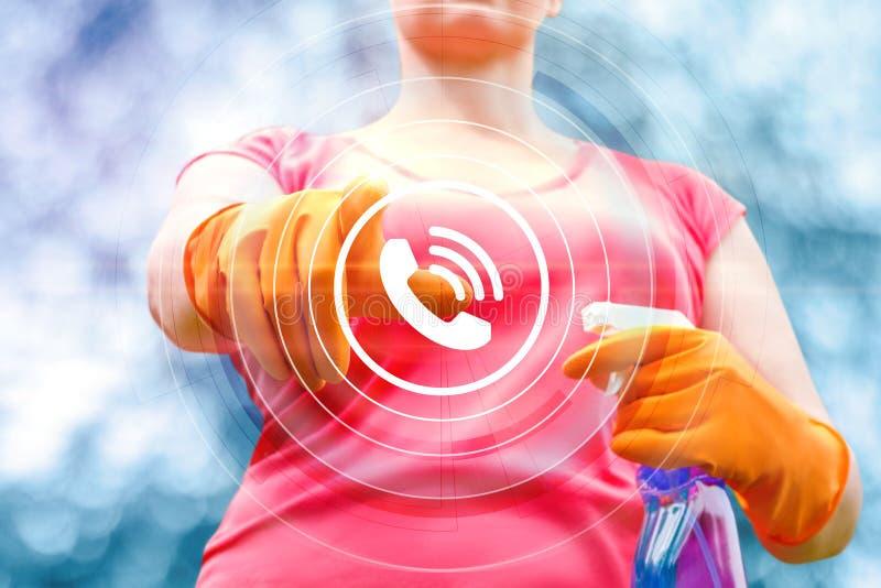 La limpieza del servicio del trabajador hace clic en el botón de la llamada imagen de archivo