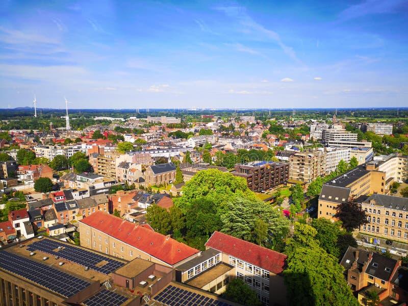 La linea aerea del centro di Hasselt durante l'estate, Limburg, Belgio immagini stock libere da diritti