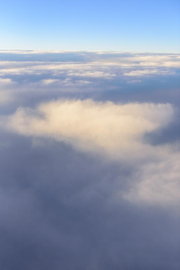 La linea blu con nuvolosità nel tempo dell'alba, vista dalla finestra sull'aereo fotografie stock