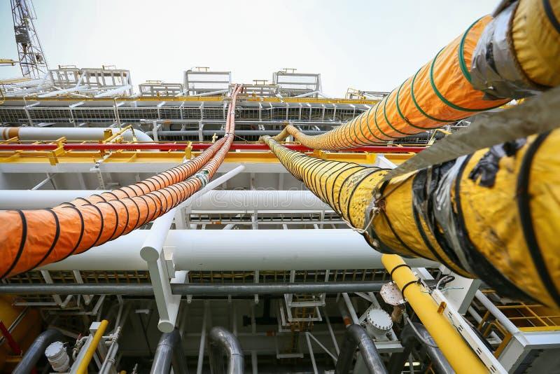 La linea di tubo flessibile installata in petrolio e gas trasforma e purga il gas dell'azoto nella nave per il caso protetto del  immagini stock