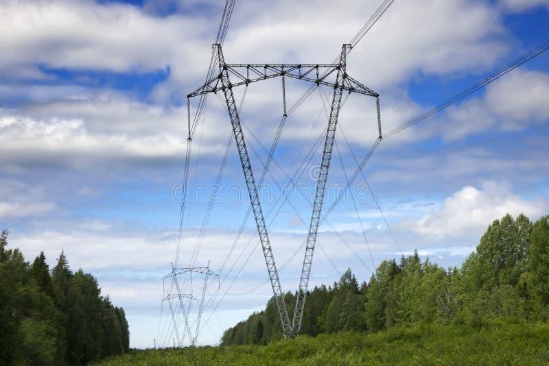 La linea elettrica ad alta tensione nei campi immagini stock libere da diritti