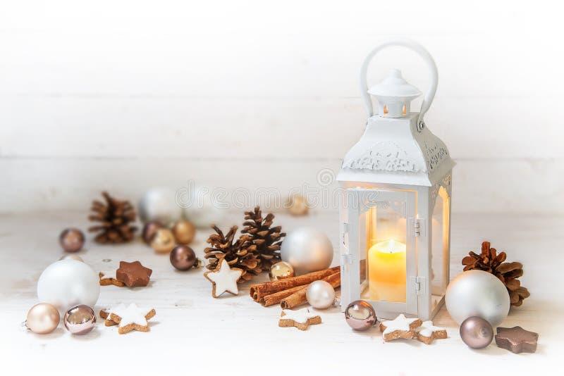 La linterna de la Navidad con la luz ardiente de la vela y la decoración tienen gusto imágenes de archivo libres de regalías