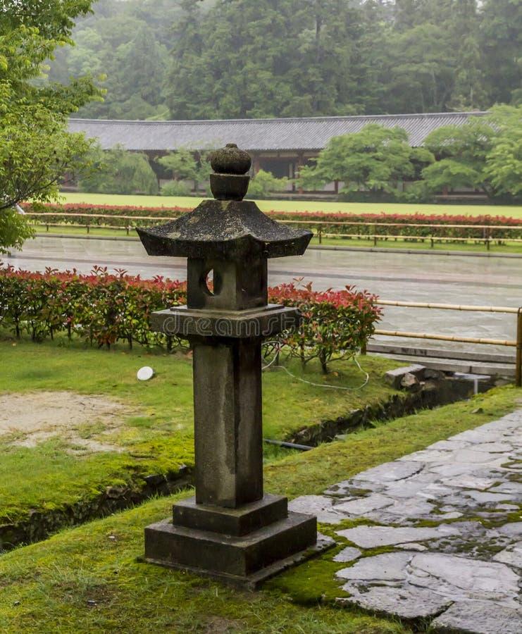 La linterna de piedra en el templo de Todai Ji en Nara, Japón. fotografía de archivo