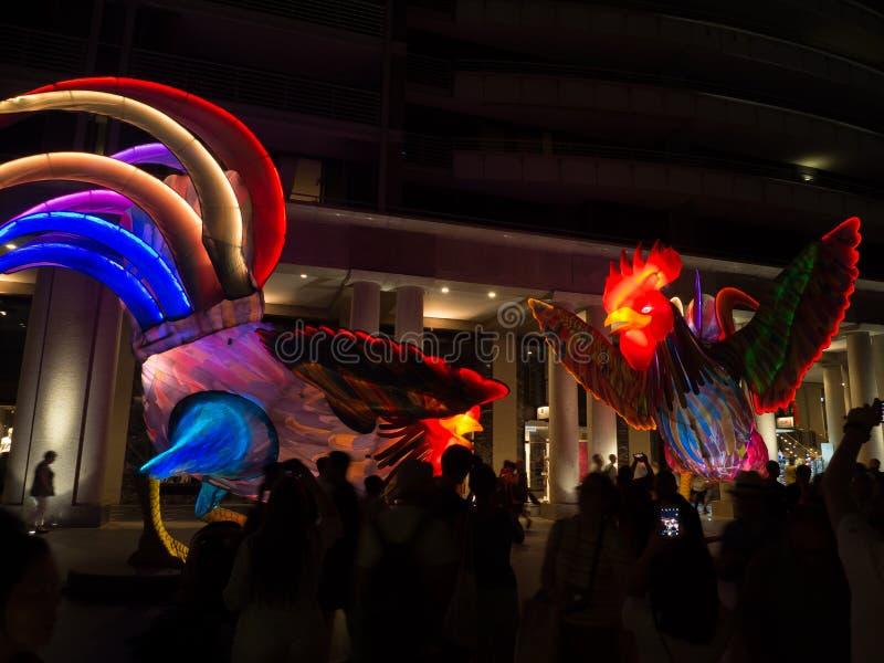 La linterna lunar 'que los gallos son símbolo del zodiaco del gallo será iluminada de oscuridad en Quay circular por el artista S fotografía de archivo
