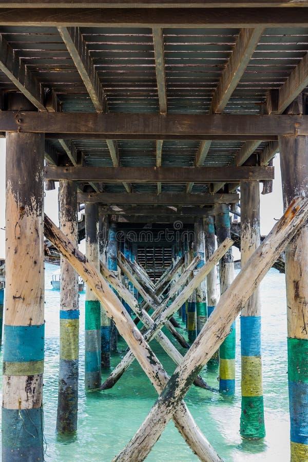 La litera de madera apoya cerca para arriba en el fondo del océano foto de archivo libre de regalías