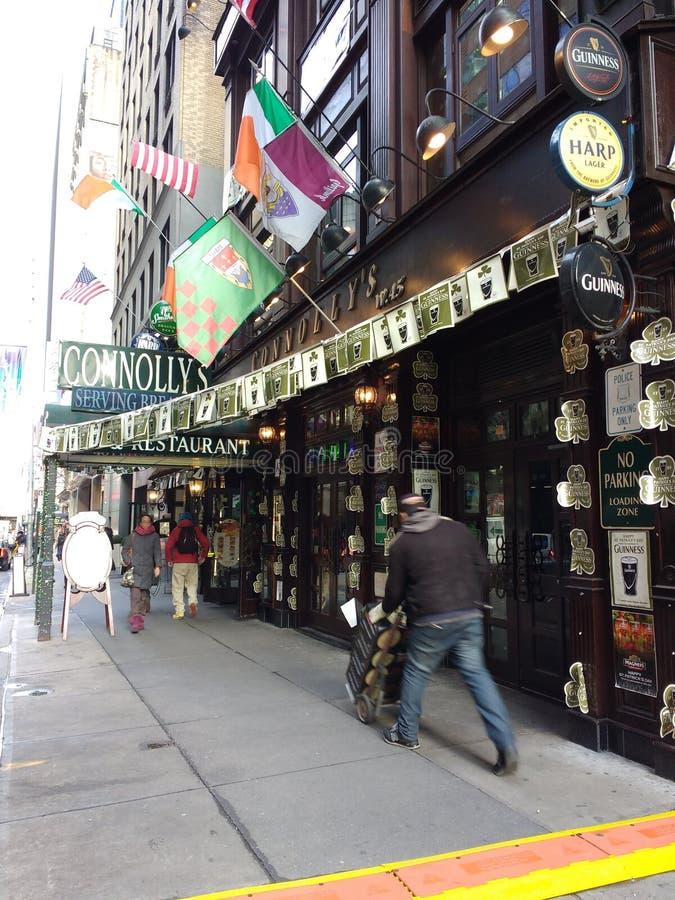 La livraison de bière, bar irlandais et restaurant, NYC, NY, Etats-Unis photographie stock libre de droits