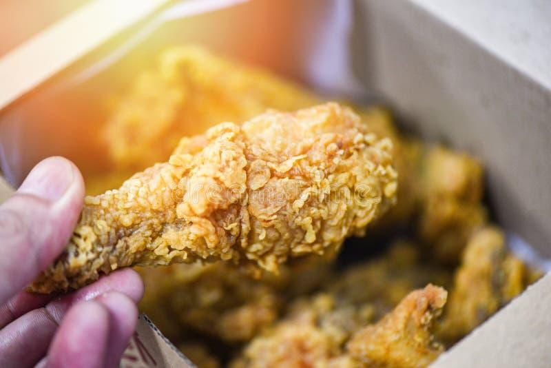 La livraison de bo?te ? poulet frit pour autoguider - le poulet cuit ? la friteuse croustillant photo stock