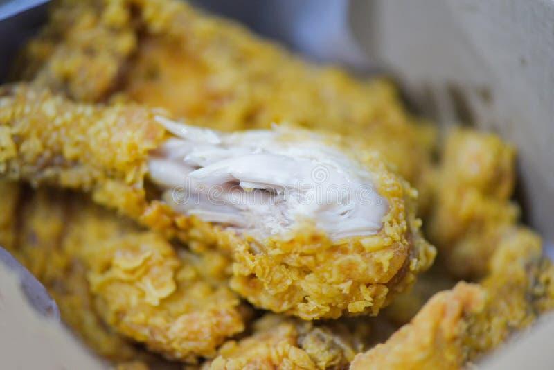 La livraison de bo?te ? poulet frit pour autoguider - le poulet cuit ? la friteuse croustillant photographie stock libre de droits