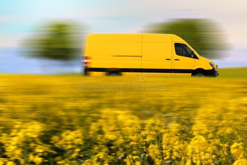 La livraison de colis express, fourgon jaune de courrier sur la route de campagne photo libre de droits