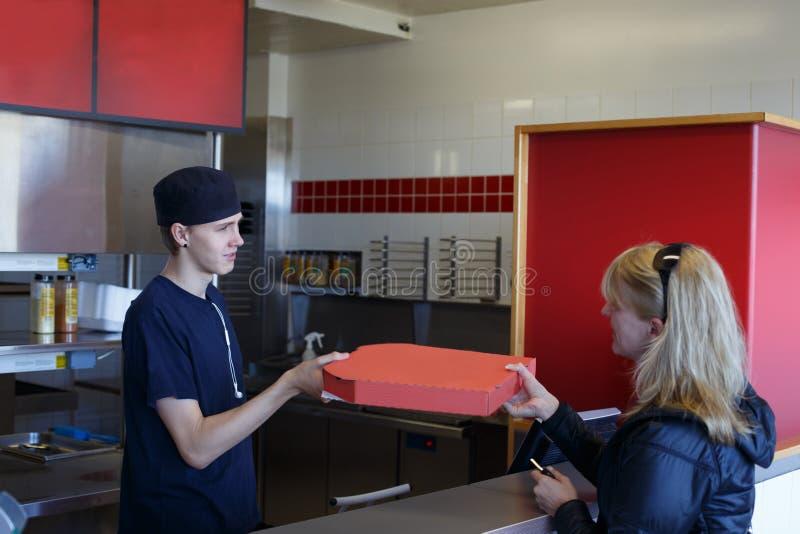 La livraison de pizza photo stock