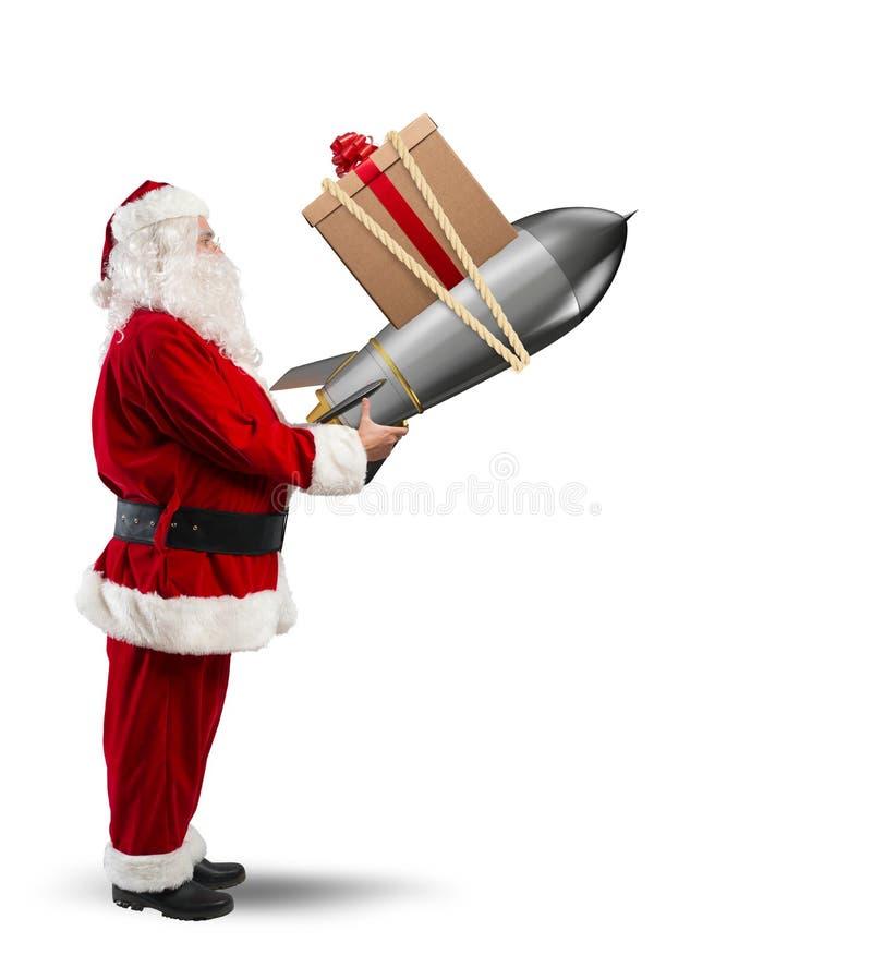 La livraison rapide des cadeaux de Noël Santa Claus prête à lancer une fusée image libre de droits
