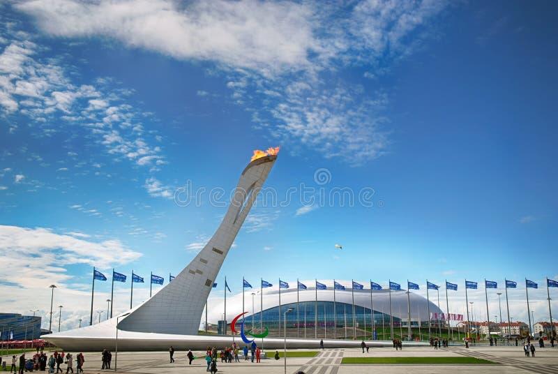 La llama olímpica quema brillante en Sochi 2014 foto de archivo