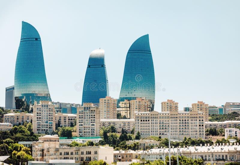 La llama se eleva rascacielos en Baku, Azerbaijan foto de archivo