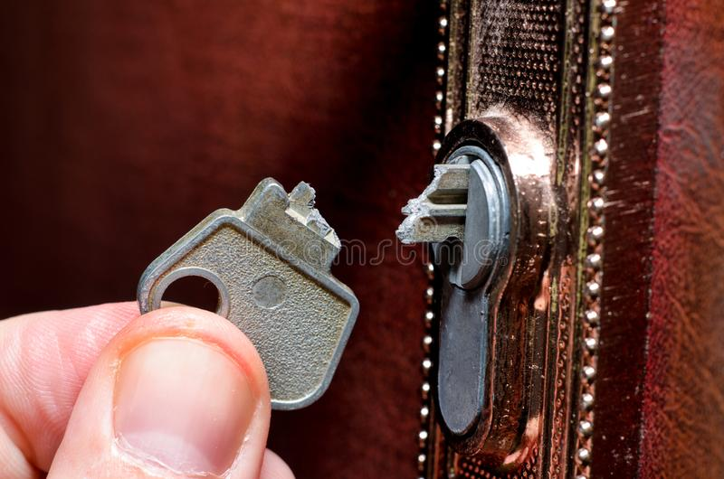 La llave quebrada en la cerradura fotos de archivo