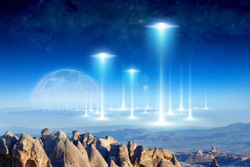 La llegada extranjera en la tierra del planeta, Luna Llena sube sobre el horizonte foto de archivo libre de regalías