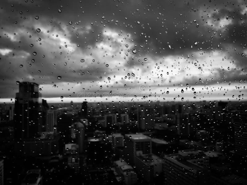 La lluvia cae blanco y negro imagen de archivo