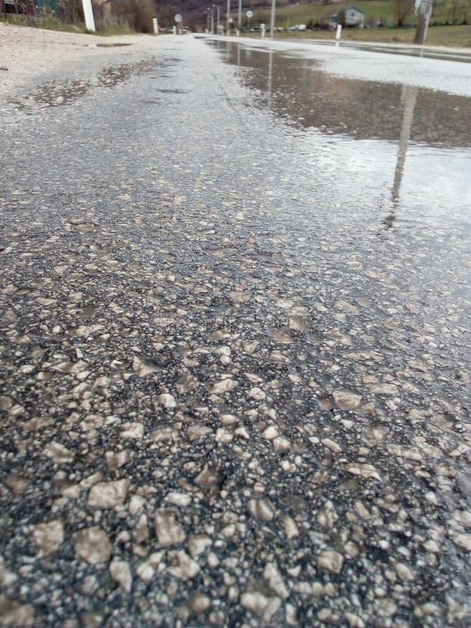 La lluvia en el camino va al oeste imagenes de archivo
