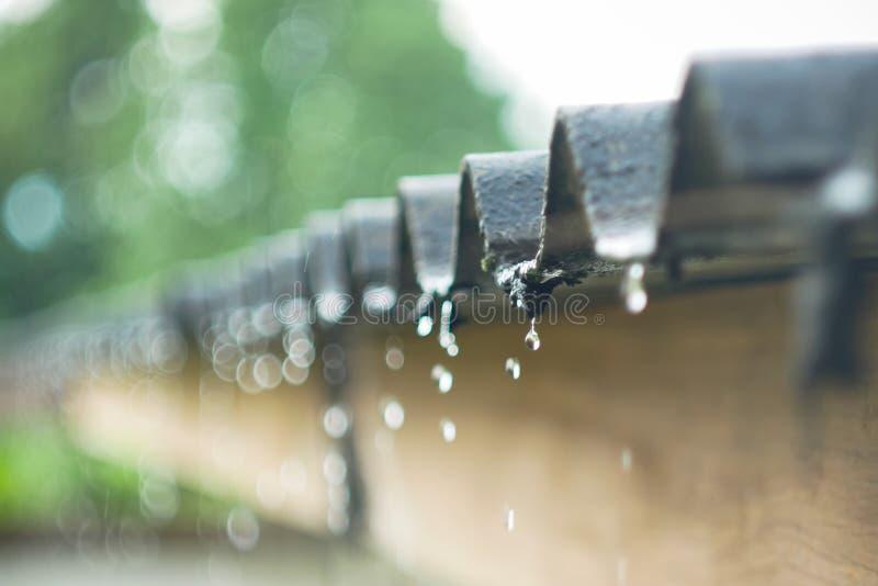 La lluvia fluye abajo de una lluvia de la forma del bokeh del tejado fotos de archivo libres de regalías