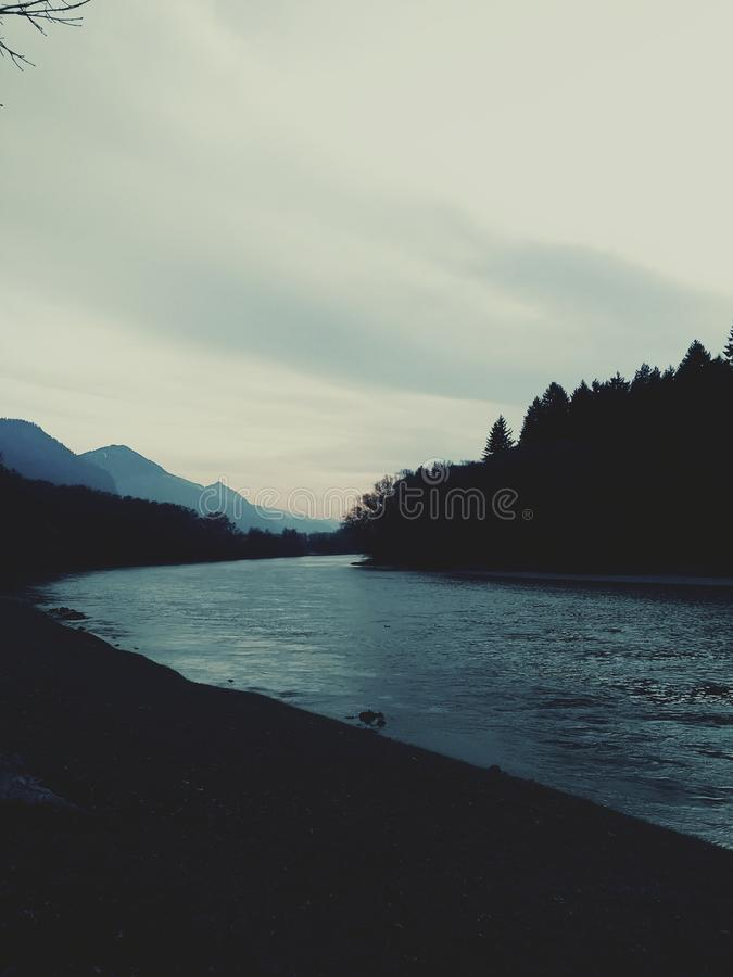 La locanda del fiume in Tirolo Austria fotografia stock libera da diritti