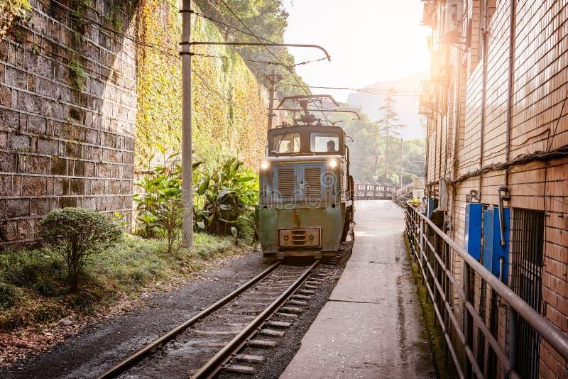 La locomotiva a scartamento ridotto elettrica con il carbone ha caricato il treno merci fotografie stock