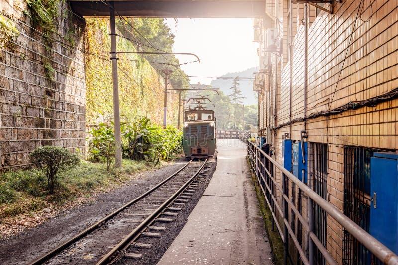 La locomotiva a scartamento ridotto elettrica con il carbone ha caricato il treno merci immagini stock