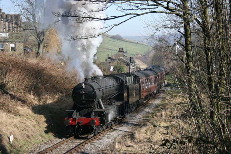 La locomotiva a vapore il numero 90733 di dipartimento di guerra lascia Oakworth, KE fotografia stock libera da diritti