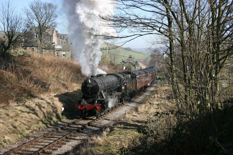 La locomotiva a vapore il numero 90733 di dipartimento di guerra lascia Oakworth, KE immagini stock