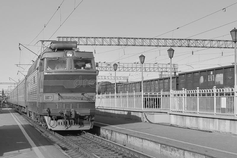 La locomotive approche la station Perron sur le deuxi?me plan Orientation molle photos libres de droits